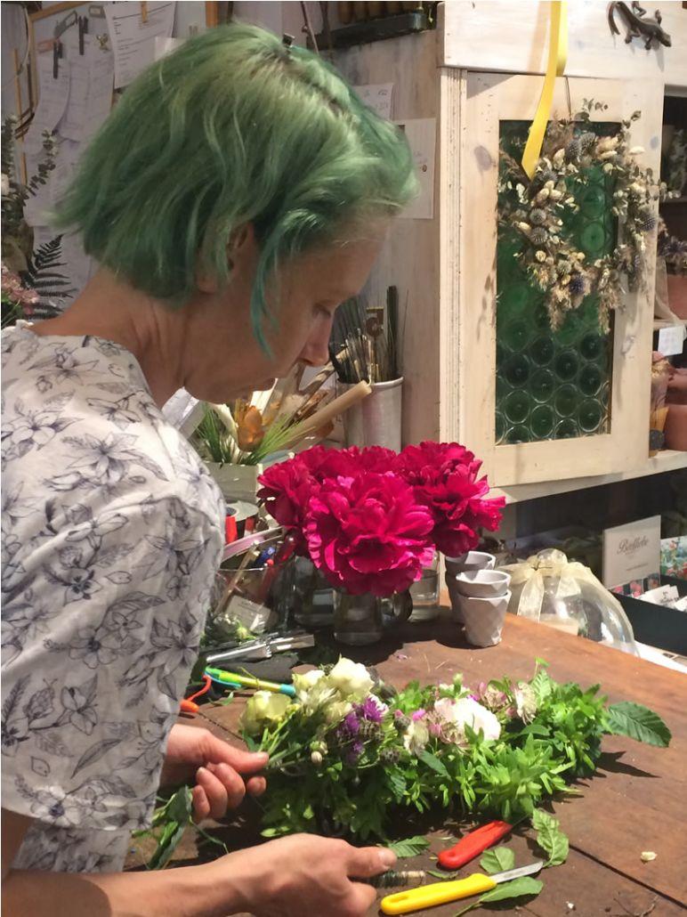 Birgit Steinhage bindet ein Musterstück der Girlande