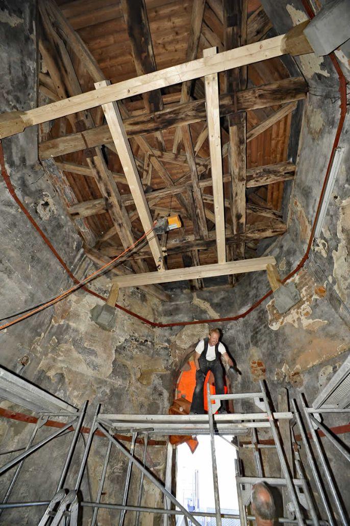 """Handwerker im Südturm. Zu sehen ist auch der """"Gürtel"""", der den Turm stabilisiert <br /><p id="""