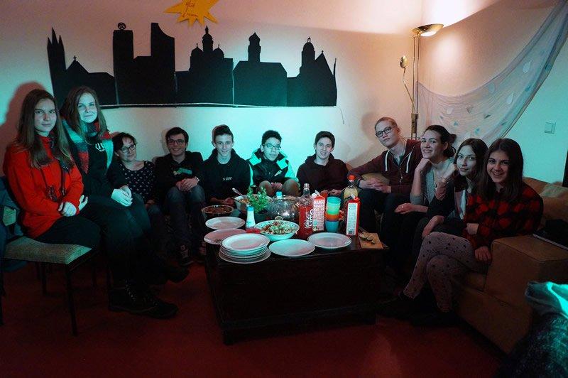 Die Junge Gemeinde bei den Vorbereitungen ©Lukas Gensel
